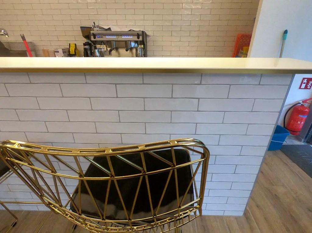 agencement d'un restaurant comptoir de bar en laiton et Krion