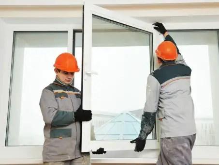 Installation d'une porte fenêtre en PVC par des menuisiers