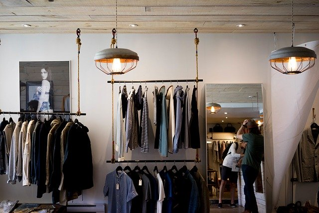 rayonnage magasin vêtement
