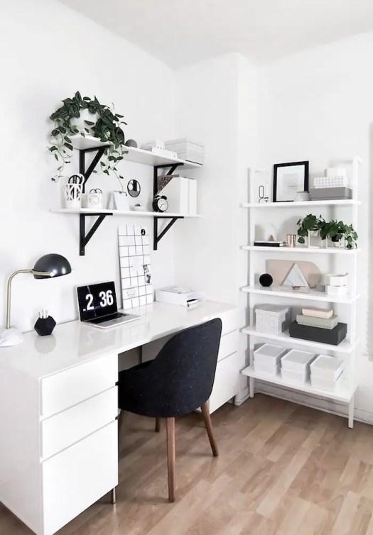 Aménagement d'un bureau maison avec des plantes vertes