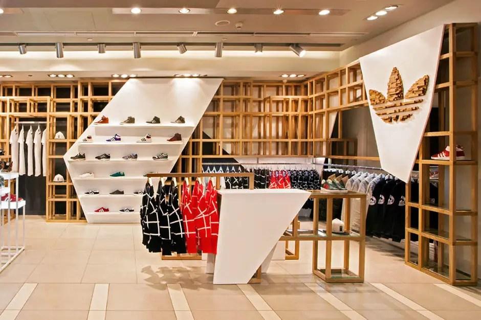 tête de gondole en bois et agencement espace de vente boutique Adidas