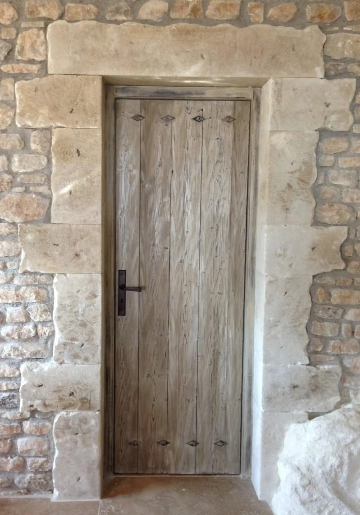 porte de service en bois vieillie