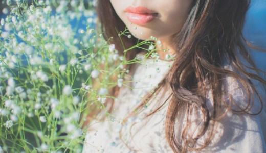 かすみ草を持つ女性
