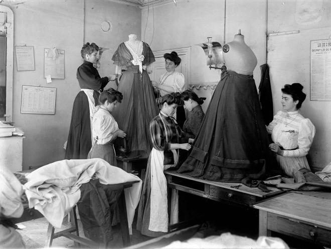 Pose de garnitures dans l'atelier de Worth, grand couturier parisien. Paris, 1907.