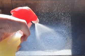 nettoyage de la pierre bleue des appuis-de-fenêtre avec le spray naturel au savon noir