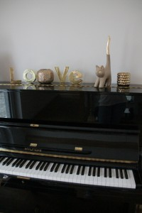 Goldene Katze auf Klavier 2