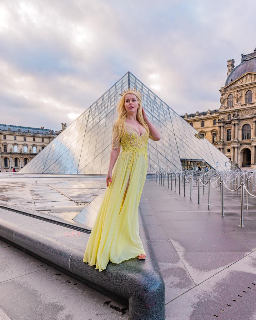 Photoshoot at the Arc de Triomphe du Carrousel, Paris