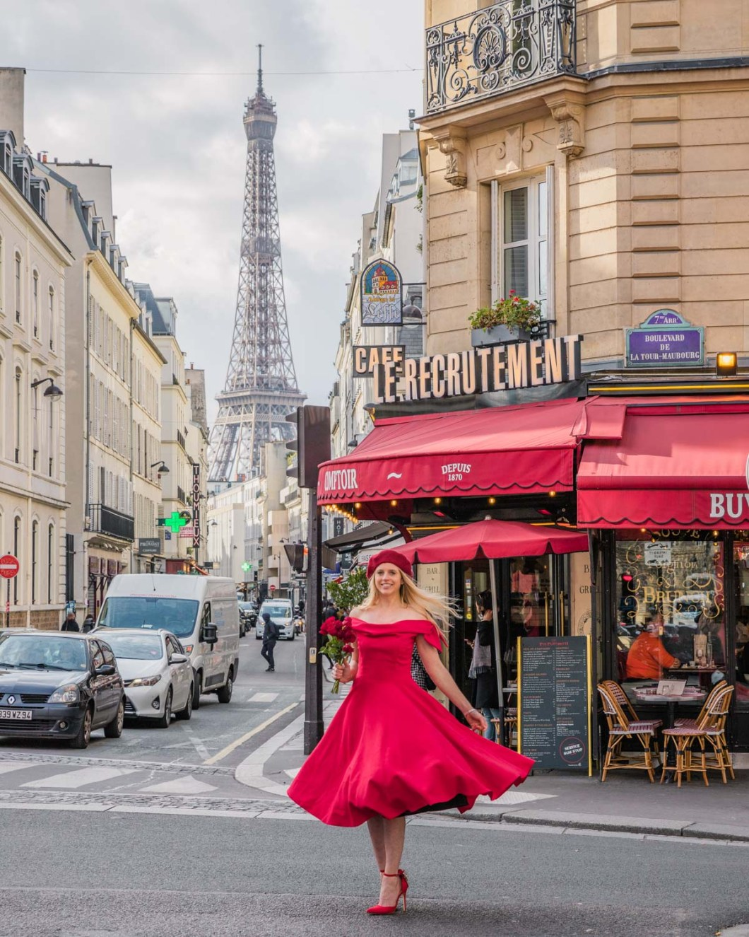 Le Recrutement Café with the Eiffel Tower