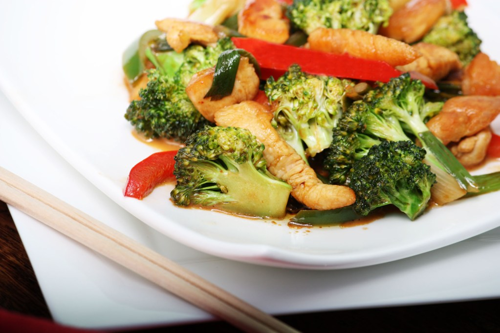 HOW TO MAKE ORANGE CHICKEN STIR-FRY WITH BROCCOLI