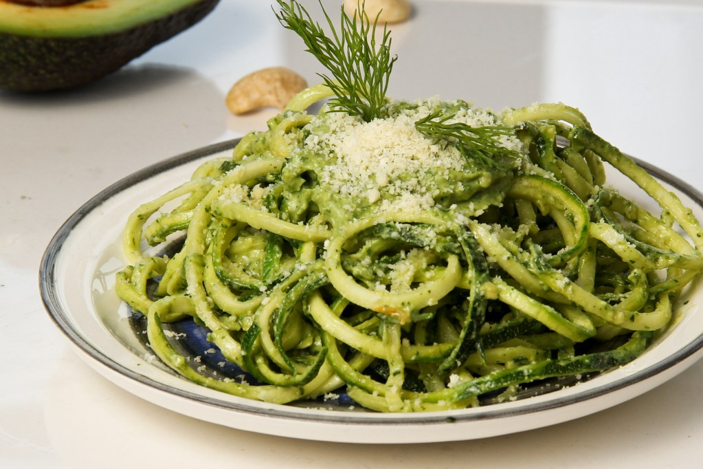 HOW TO MAKE ZUCCHINI PASTA WITH AVOCADO-CASHEW PESTO