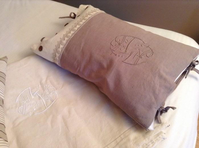 Fait-main à partir d'un DRAP monogrammé TEINT (Handmade from a DIED embroidered SHEET)