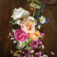 Un BOUQUET RUSTIQUE de roses du cottage  (A cottage roses RUSTIC ARRANGEMENT)