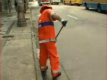 Cariocas insistem em jogar lixo nas ruas