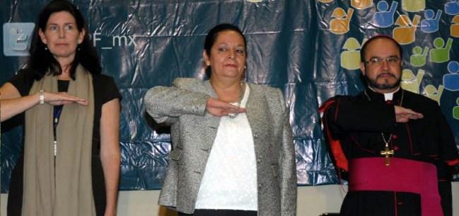 Lola Velarde (izquierda) y monseñor Eugenio Lira (derecha) en un acto de una tapadera del Yunque.