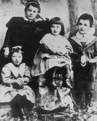 Фаина_Раневская_(слева),_1900_год