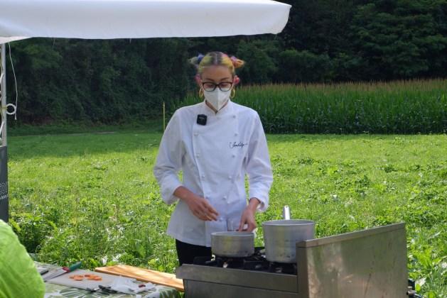 La chef Irene Volpe mentre cucina: il suo showcooking è stato in grado di trasmettere emozioni anche ai giovanissimi!