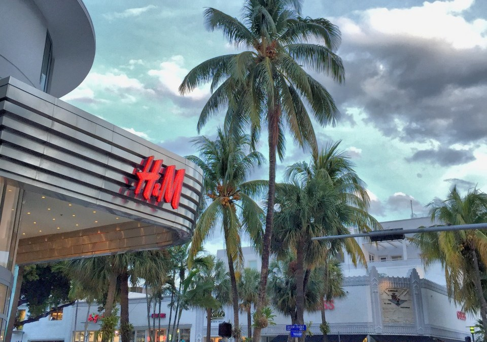 LINCOLN ROAD = SHOPPING, DINING, & ENTERTAINMENT