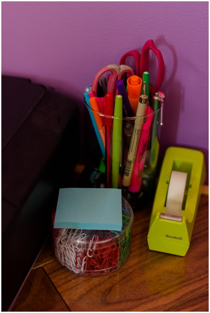 Office inspiration for a clean, simple, and tidy home office. Click here to see more by Linda Barry Photography! DIY pencil holder made with pebbles and a flower vase for my desk!