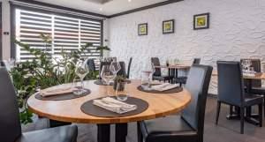 Tableau abstrait moderne triptyque jaune et gris fait main exposé dans un restaurant