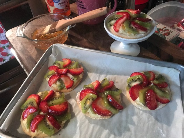 Mini Strawberry And Kiwi Summer Fruit Pizzas (44)