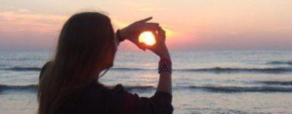 Afbeelding van vrouw die haar hand voor de zon vouwt