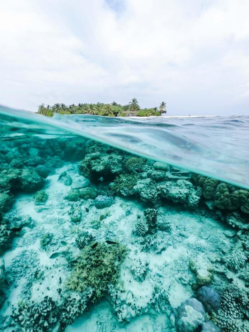 Tropisch eiland in de zee