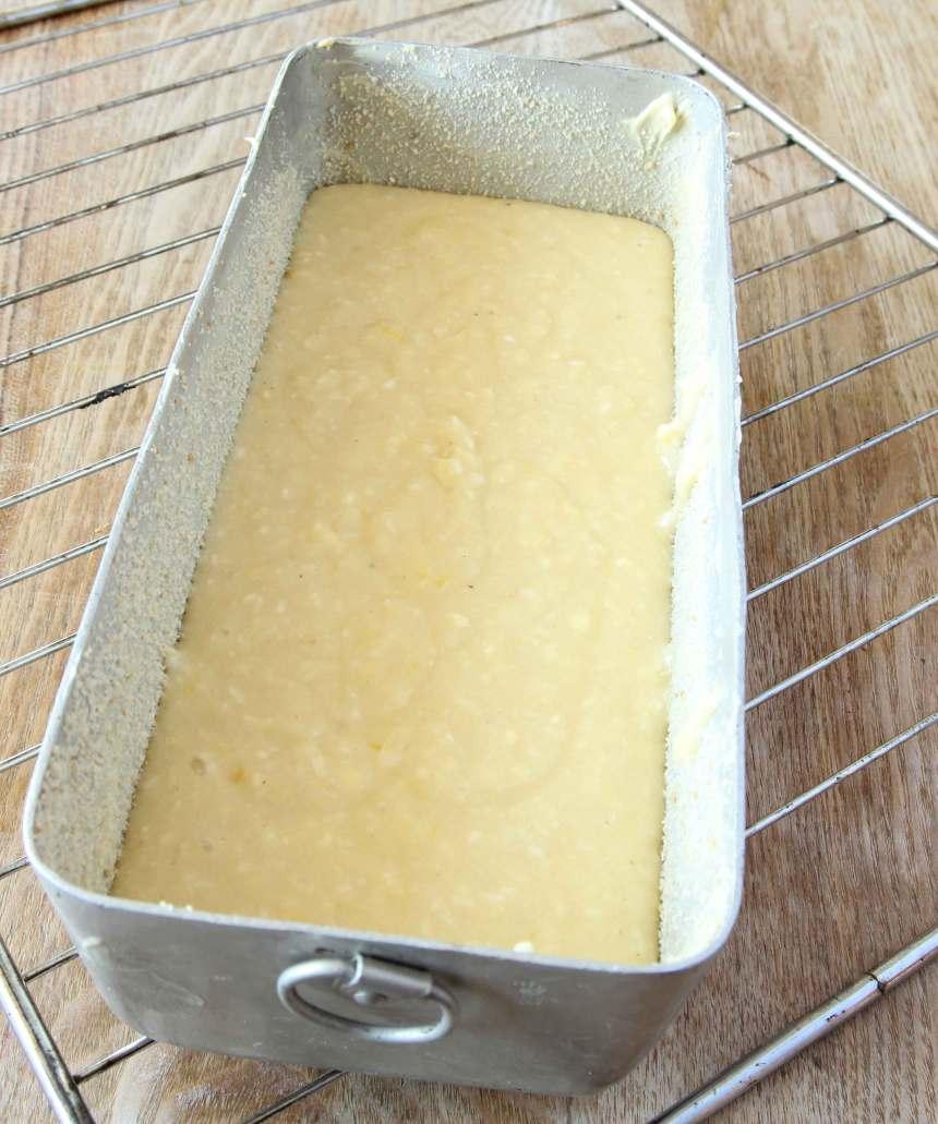 2. Häll smeten i en smord och bröad limpform, ca 1 ½ liter.