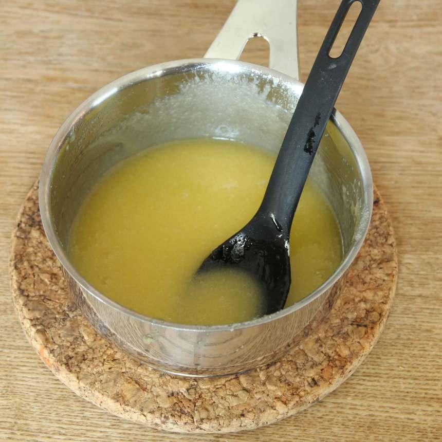 3. Glasyr: Smält smöret i en kastrull. Ta bort kastrullen från plattan. Tillsätt strösocker och vaniljsocker och blanda ordentligt så att sockerkristallerna smälter. Blanda sist ner äggulan och blanda tills smeten tjocknar och svalnar.