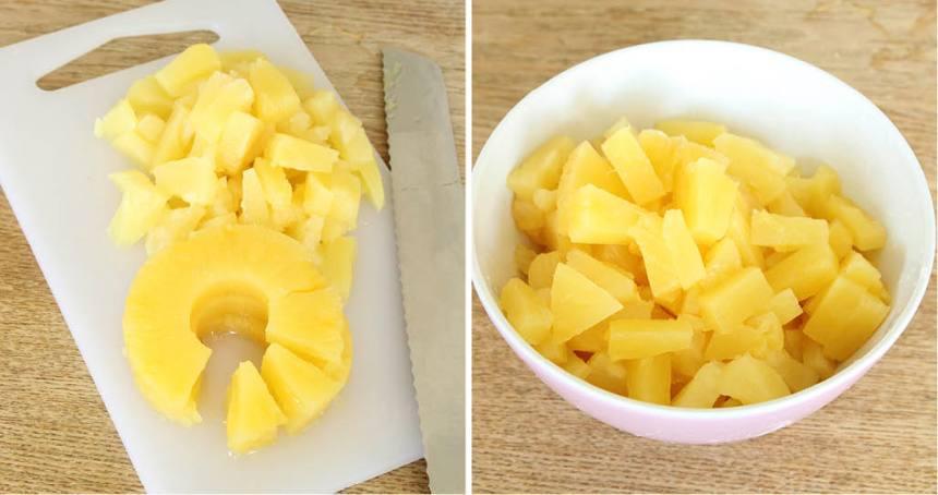 1. Sätt ugnen på 200 grader. Skär ananasringarna i mindre bitar och låt dem rinna av i ett durkslag.