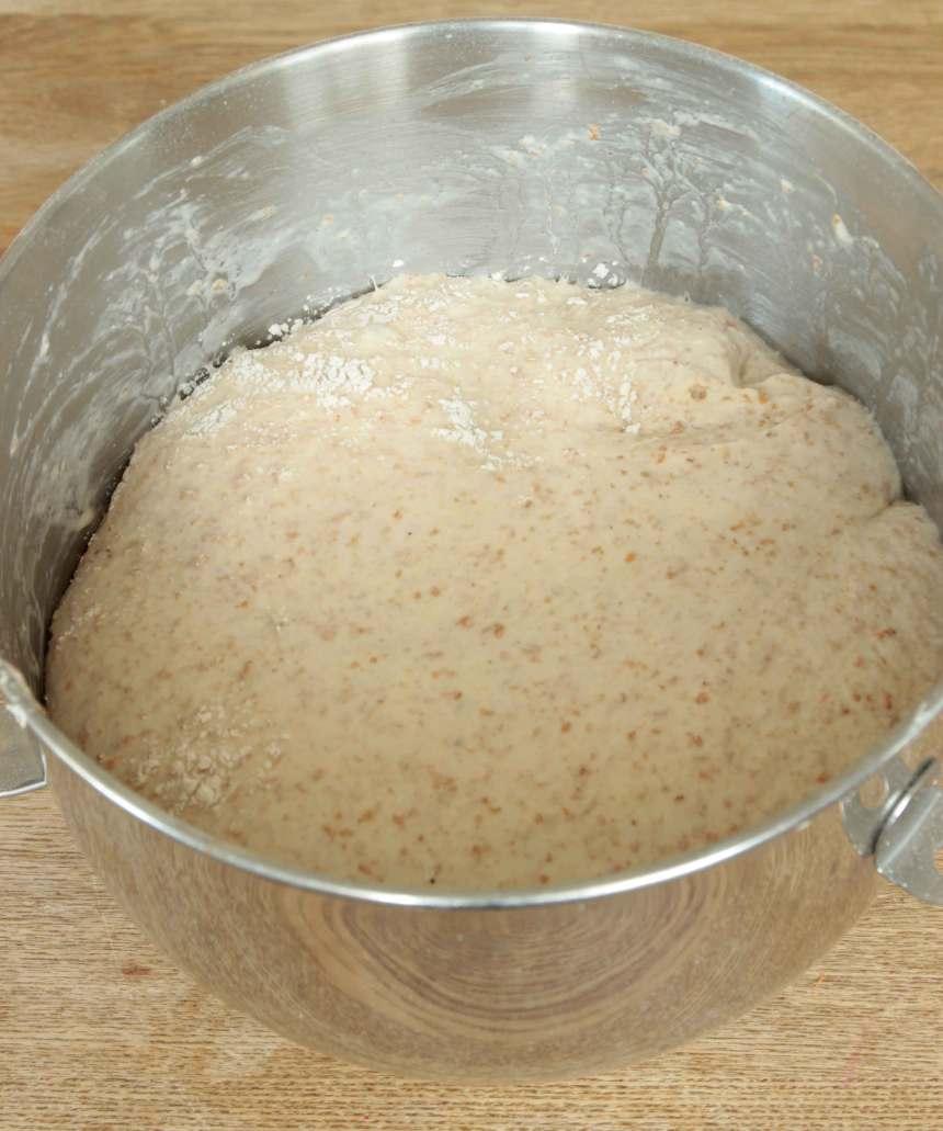 1. Smula jästen i en bunke och tillsätt mjölken. Blanda tills jästen lösts upp. Tillsätt salt, sirap och grahamsmjöl. Rör om. Tillsätt vetemjölet och blanda ihop allt till en smidig deg. Knåda degen kraftigt i några minuter så att glutentrådarna blir starka. Låt degen jäsa under bakduk i ca 1 tim.