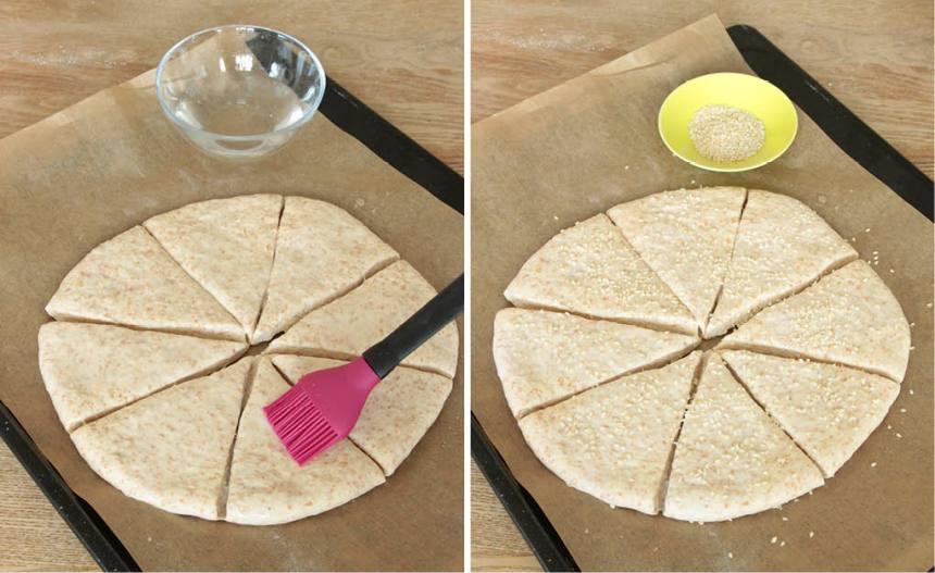 3. Pensla bröden med vatten och strö över sesamfrön. Låt dem jäsa under bakduk i ca 30 min. Sätt ugnen på 250 grader.
