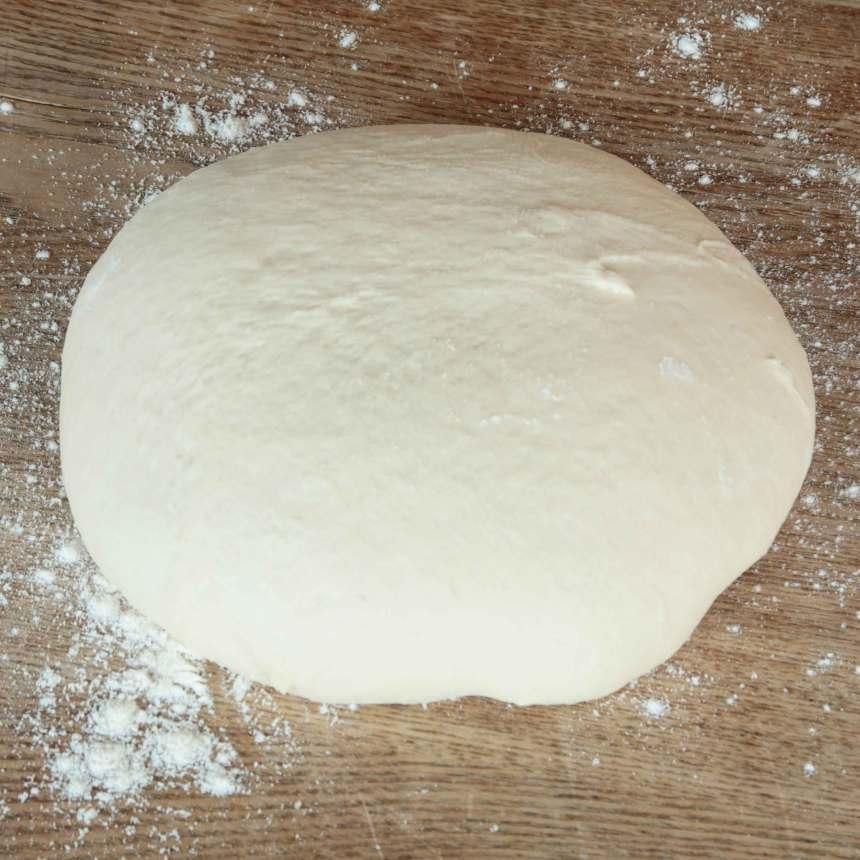 1. Smula ner jästen i en bunke. Tillsätt vattnet och blanda tills jästen lösts upp. Tillsätt socker, olja, salt och vetemjöl, lite i taget. Rör ihop allt till en smidig deg och knåda den kraftigt i några minuter.