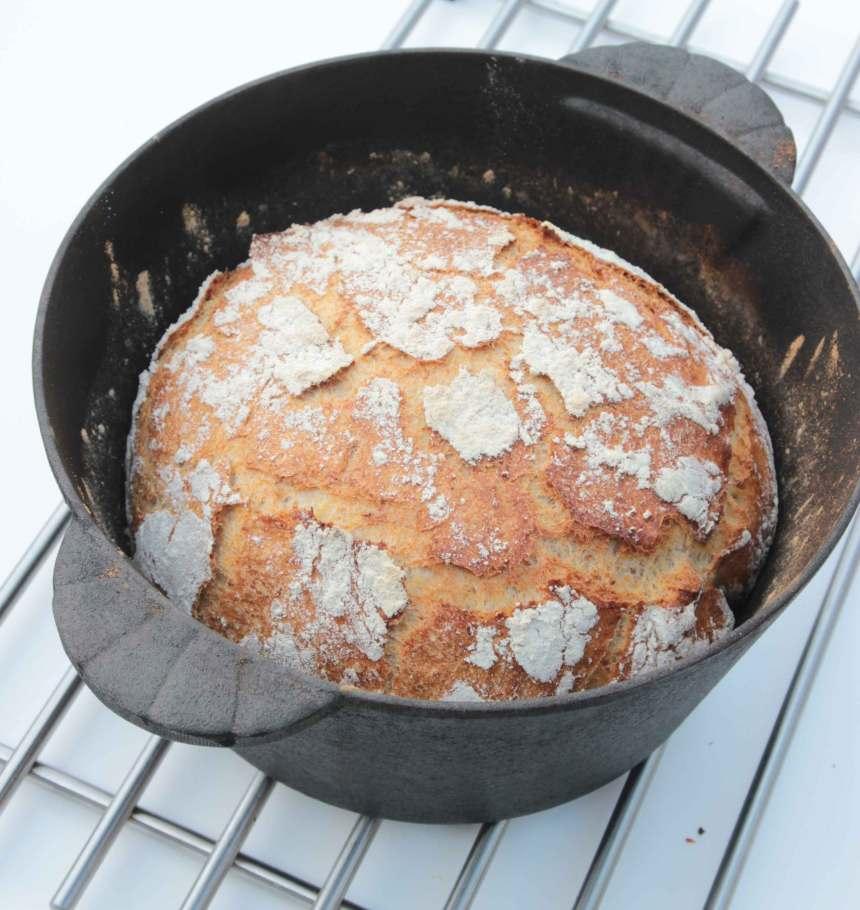 4. Grädda brödet längst ner i ugnen i 20–25 min. Ta därefter av locket och sänk temperaturen till 225 grader. Grädda brödet i ytterligare 15–20 min.