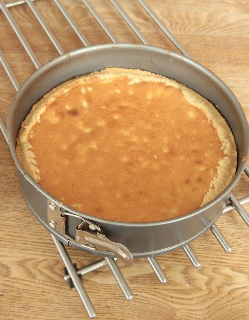 5. Grädda kakan längst ner i ugnen i 35–40 min. Låt den kallna helt i formen.
