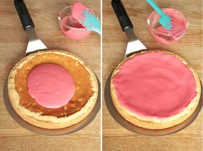 8. Bred ut glasyren på kakan. Ställ den i kylen en stund så glasyren stelnar.