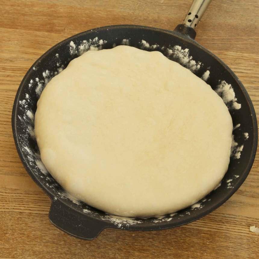 2. Tryck ut degen till en rund kaka i en mjölad stekpanna, 20–24 cm i diameter.