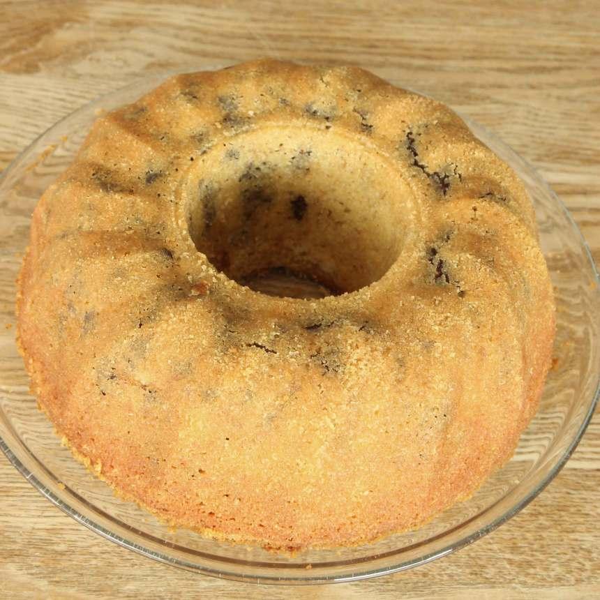 3. Grädda kakan längst ner i ugnen i 35–40 min. Låt den svalna i formen. Stjälp upp kakan på en tallrik och pudra över florsocker.