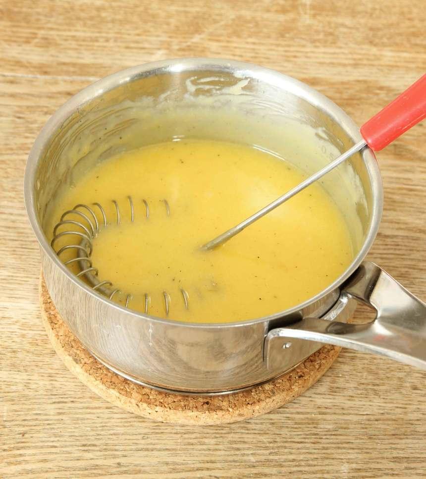 3. Vaniljsmörkräm: Blanda äggulor, grädde, socker och vaniljsocker i en kastrull. Låt smeten sjuda under ständig omrörning tills den tjocknar. Stäng av värmen och tillsätt smöret när smeten tjocknat. Vispa till en jämn smet. Kyl ner krämen i kylskåpet.