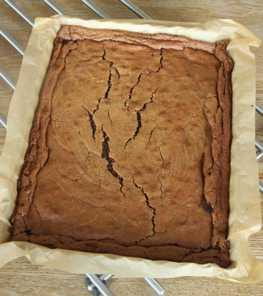 3. Grädda kakan mitt i ugnen i 23–25 min. Låt den svalna i formen.