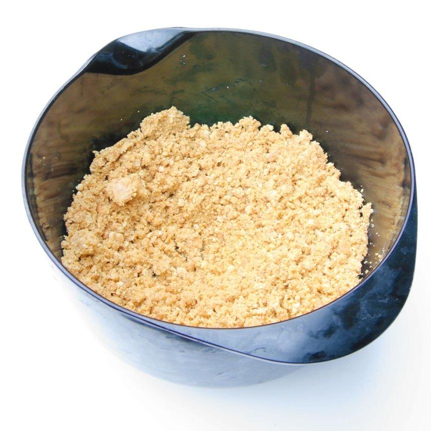 1. Smula sönder Digestivekexen fint och blanda dem med smöret.