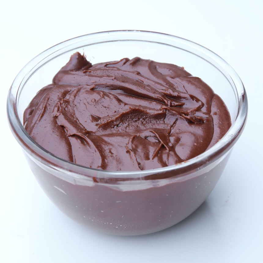 4. Glasyr: Blanda alla ingredienserna till glasyren i en skål. Anpassa mängden florsocker och vatten så att konsistensen blir lagom bredbar.