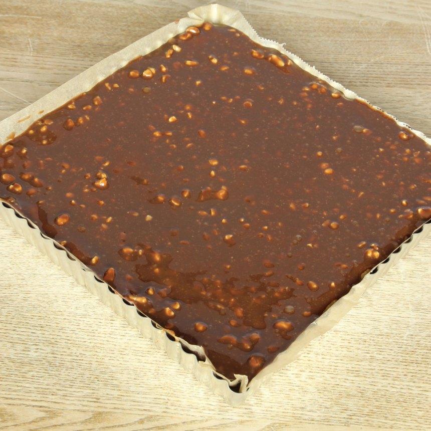 6. Bred ut fudgen på kakan och ställ den i kylen för att stelna.