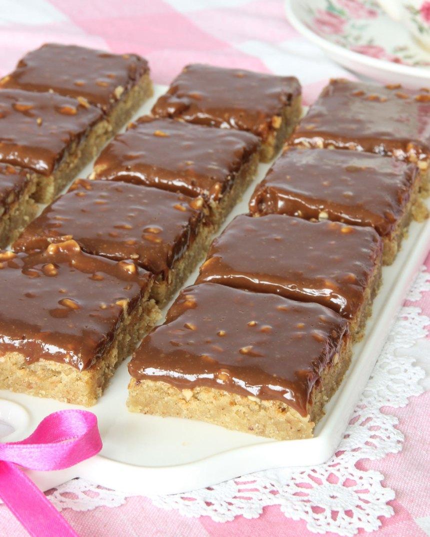 7. Skär kakan i rutor. Servera gärna med en klick vispgrädde eller njut av den som den är.