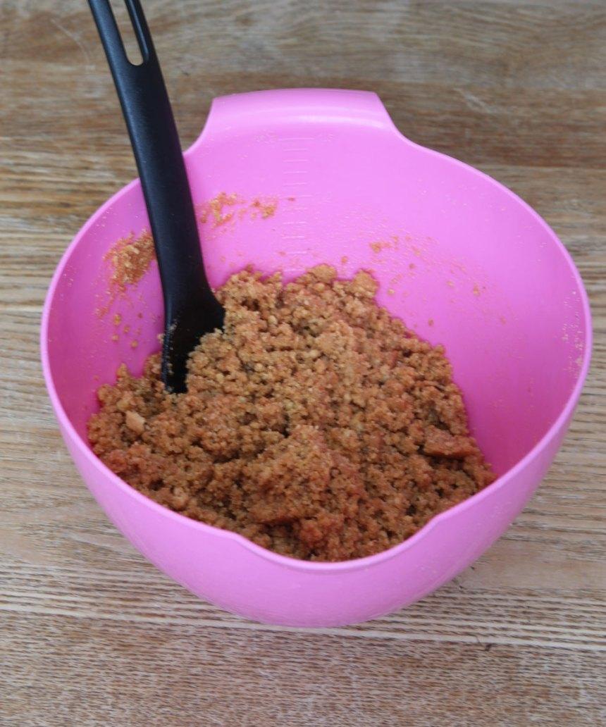 1. Smula sönder Digestivekexen i en bunke och rör ihop dem med smöret.