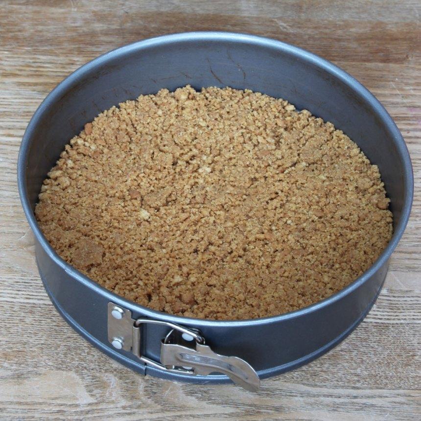 2. Tryck ut smuldegen i en pajform, 22–23 cm i diameter.