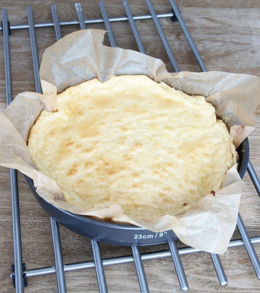 4. Grädda kakan mitt i ugnen i 22–30 min beroende på hur kladdig du vill ha den. Låt den svalna i formen. Pudra kakan med rikligt med florsocker före servering. Servera gärna kakan med lättvispad grädde blandad med hallonbitar.