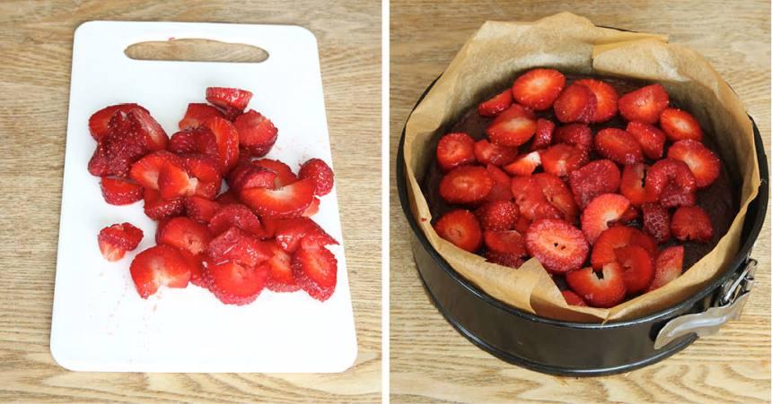 4. Skär jordgubbarna i småbitar och lägg ut dem på chokladbottnen.