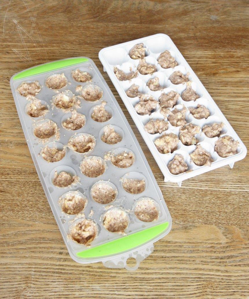 1. Fyllning: Rör ihop alla ingredienserna i en skål. Klicka ut ca 40 lika stora högar på en tallrik eller skärbräda. Ställ den i frysen i 1–2 timmar så att bitarna blir frysta.