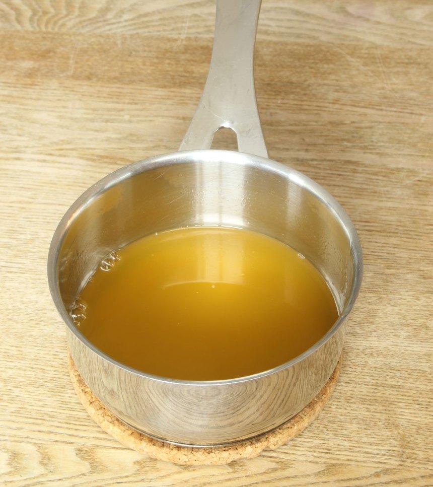 5. Häll juicen från frukterna och den färdigblandade passionsfruktsjuicen i en kastrull tillsammans med sockret. Låt det sjuda på svag värme i ca 1 minut. Krama ur gelatinbladen och smält ner dem i blandningen. Blanda ordentligt. Låt det svalna.