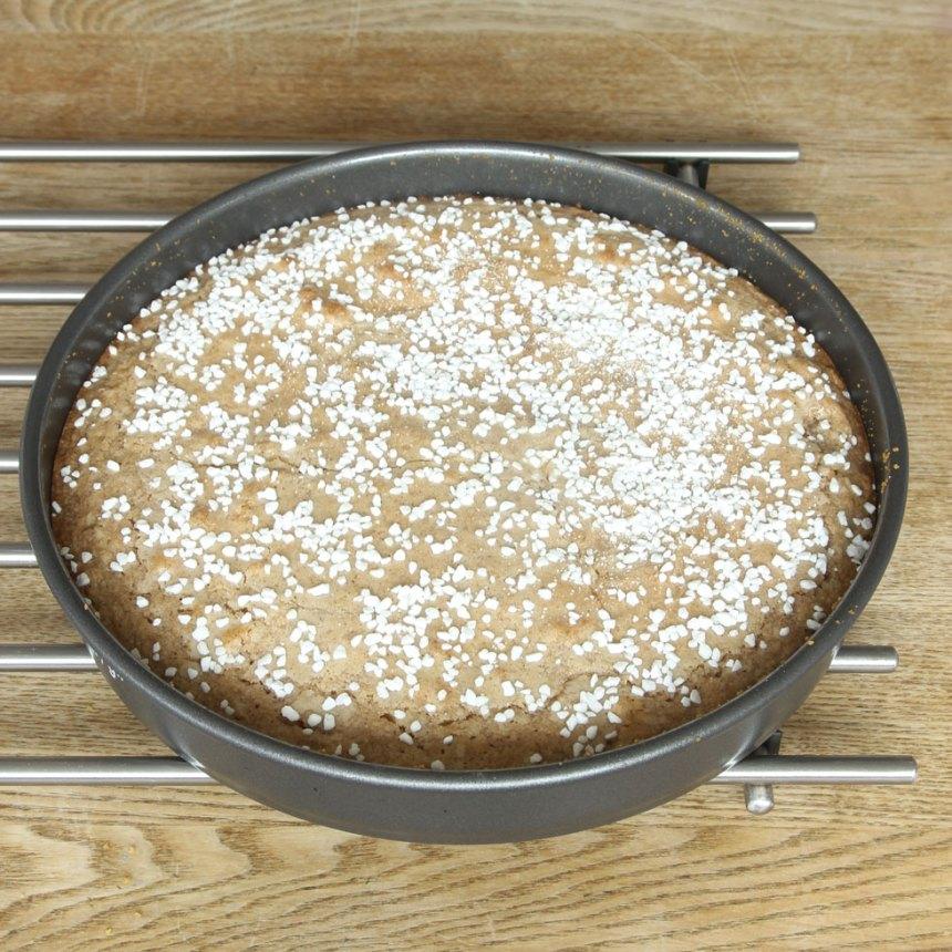 3. Grädda kakan mitt i ugnen 15–20 min beroende på hur kladdig du vill ha den. Känn med en provsticka. Låt kakan svalna i formen. Servera gärna med vispad grädde.